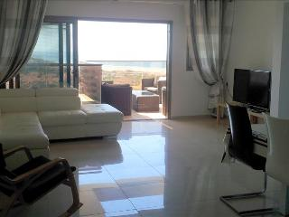 Chic, Strictly Kosher 2 Bedroom Apartment with Sea View, Ir Yamim - EM03