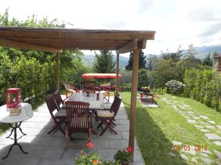 Large portion of farmhouse on the hills of Lucca.WIFI.Garden.panoramic.jacuzzi.