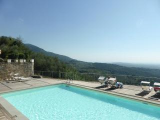 Lavanda with panoramic pool, gym, Wifi, Lucca