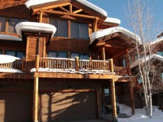 Luxury town home with private hot tub and shuttle