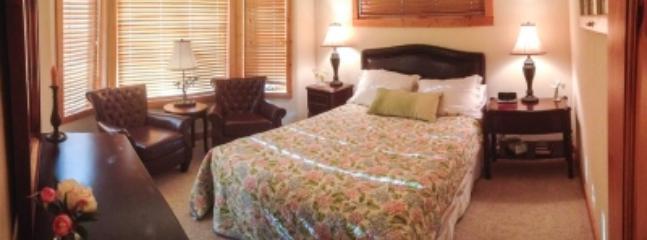 2nd Bedroom, queen bed, sitting area