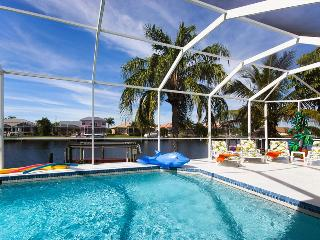 Villa White Paradise - Gulf access, heated pool, Cape Coral