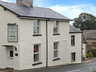 FERNLEIGH COTTAGE, end-terrace, woodburner, Jacuzzi bath, 3D TV, next to a pub,