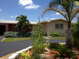 Mins From EVERYTHING 3/2 with private yard, Pembroke Pines