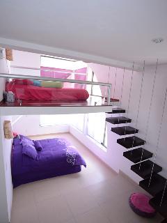 Una de las habitaciones con doble altura