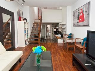 Sunny Manhattan two-level studio near UN-sleeps 4