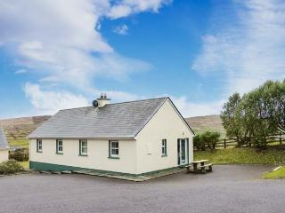 BEARA 4, single-storey, semi-detached cottage, pet-friendly, open fire, close to a sandy beach and Allihies, Ref 27857