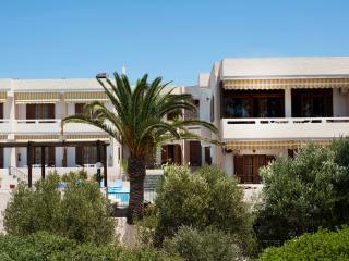 Villa Alexander Apartment w pool close to beach, La Canea