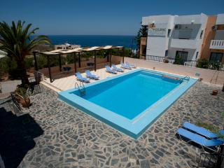 Villa Alexander Apartment w pool close to beach, La Canea