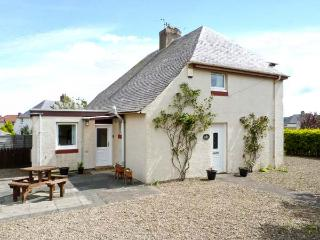 PUFFIN HOUSE, family and pet-friendly, ground floor bed, off road parking, close to coast and golf course, in Eyemouth, Ref 27012