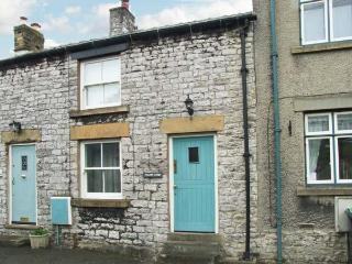 WYECLIFFE COTTAGE, character cottage with woodburner, patio, close to amenities and walks, in Tideswell, Ref 27238