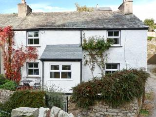 14 LOW ROW, WiFi, pet-friendly, woodburner & open fire, en-suite facilies, end-terrace cottage in Cark, Ref. 29073