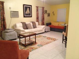 Cute Pool Home... 2.6 Miles from the pier/beach!, Pompano Beach