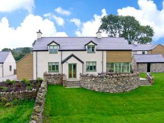 DOLWAENYDD, WiFi, en-suite, country views, woodburner, detached cottage near Brynsiencyn, Ref. 22923