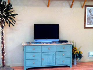 Flat screen TV, cable