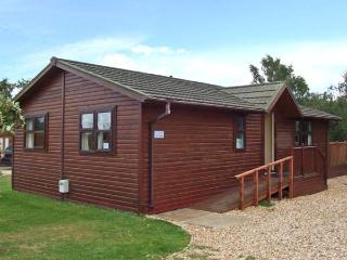 8 LAZY SWAN, detached timber holiday lodge, en-suites, on-site facilities in Tattershall, Ref 28467