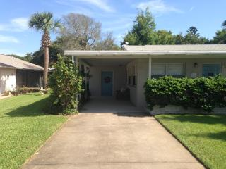 702 Ocean Avenue Charmer one block to the beach, New Smyrna Beach