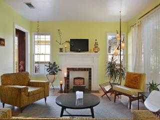 2BR Stylish Mid-Century Home 1 mile from Downtown, near Town Lake!