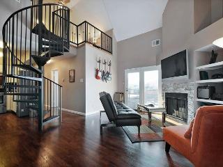 2BR/1.5BA Renovated Condo - Walk to Downtown and Rainey Street
