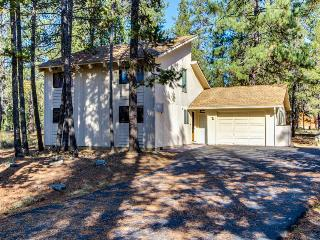 Great home w/ private hot tub, entertainment & SHARC passes, Sunriver