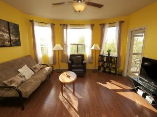 Open & Modern, Great Location, Pool, Jacuzzi, Wi-Fi, Elevator, Parking, Gym!
