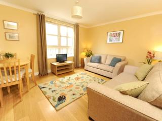 Edinburgh Central: 2 Bed, with parking - Sleeps 6