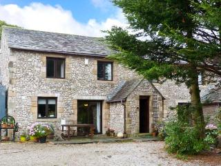 WELLGARTH COTTAGE, family accommodation, en-suite facilities, two sitting rooms,