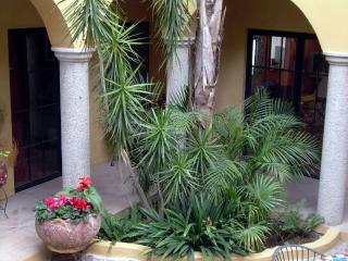 La Casa Roja - Colonial Style Apartment in San Mig, San Miguel de Allende