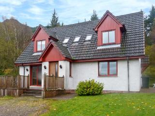 SILVER BIRCH LODGE, Loch views, en-suites, decked balcony, pet-friendly, in Rattagan, near Dornie, Ref. 28024