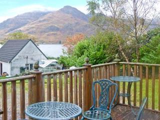 SILVER BIRCH LODGE, Loch views, en-suites, decked balcony, pet-friendly, in