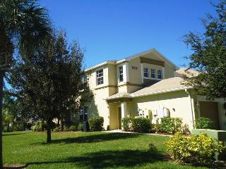 Luxurious Condo, gated community, close to beaches
