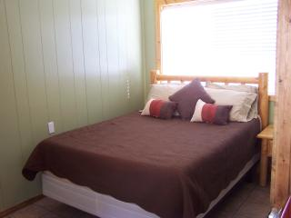 Condo 8 in town, sleeps 4, Ski,, Red River