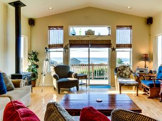 Incredible oceanview home with private hot tub & outdoor firepit await, Yachats