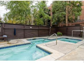 Main St/Town Lift Condo: 3 bed/2 ba Sleeps 10