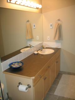 Ensuite Bathroom with tub/shower and glassdoor