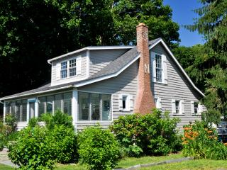 Charming Cottage ,artist owned, Walk to Beach, clo, Old Saybrook