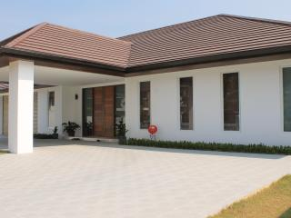 Bed & Breakfast w Pool & Parking - Golfers Welcome, Bang Lamung