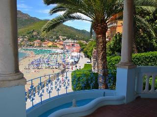 Perfect beach escape! Villa on the sea promenade
