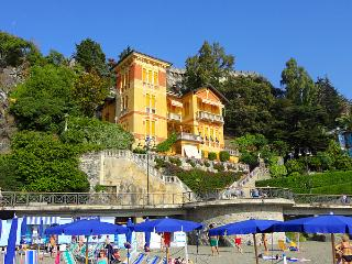 Prominent seaside villa on the beach promenade!