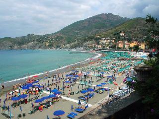 Prominent seaside villa on the beach promenade!