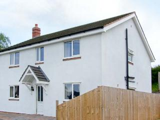 SANDYSTONE COTTAGE, WiFi, patio with hot tub, in Oswestry Ref 913847