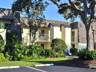 Lovely and spacious lakefront condo is 5 minutes from the beach- 14 day minimum, Naples