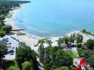 15 minute drive to Balm Beach. Large public beach. Wasaga Beach is approx 25 minute drive.