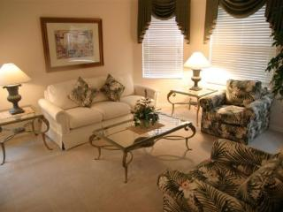 Beautiful 5 Bedroom 3 Bathroom Pool Home on the Golf Course. 344BON, Kissimmee