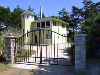 Elegant home with stunning ocean views & steaming private hot tub. Dogs okay!, Florence