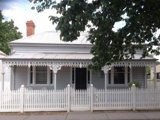 "Bendigo CBD   Executive 2 b/rm  ""Hargreaves House"""