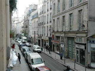 CLASSIC FRENCH ELEGANCE WITH LUXURY-RUE DU TEMPLE 2BR, Paris
