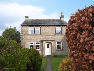 GROVE FARM COTTAGE, swimming pool, WiFi, play area, walks from the doorstep, 250 year-old cottage in Hepworth, Ref. 22004, Thurstonland