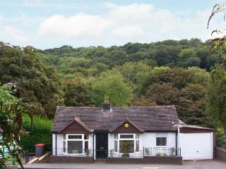 RIVERSIDE COTTAGE, pets welcome, WiFi, beautiful riverside garden, attractive cottage in Ironbridge, Ref. 29594