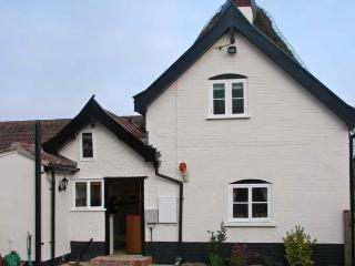 HUNNYPOT COTTAGE, beams, pet-friendly, spiral staircase, hot tub, in Pulham Mark